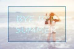 Свободный от игры день - текст лета свободного от игры дня с запачканной предпосылкой женщины на пляже Стоковые Фотографии RF