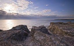 свободный полет скалы над морем Стоковое Изображение RF