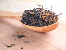 Свободный чай в деревянном блюде с ложкой Стоковые Фотографии RF