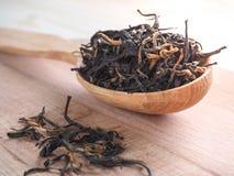 Свободный чай в деревянном блюде с ложкой Стоковая Фотография RF