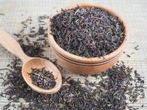 Свободный чай в деревянном блюде с ложкой Стоковые Изображения RF