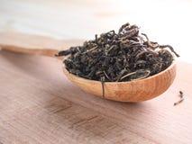 Свободный чай в деревянном блюде с ложкой Стоковые Фото