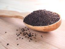 Свободный чай в деревянном блюде с ложкой Стоковое Фото