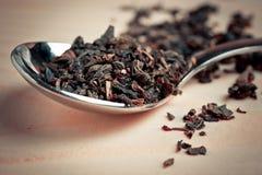 Свободный чай в ложке металла на деревянной поверхности Стоковое фото RF