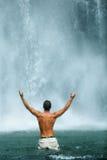 Свобода жизни Свободное повышение человека вручает около водопада здоровье Стоковая Фотография