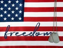 Свобода и регистрационные номера собаки слова на флаге Стоковые Изображения RF
