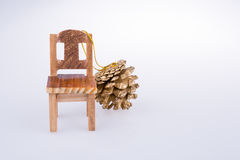 Свободный от игры день конуса сосны сторона маленького модельного стула Стоковое Фото