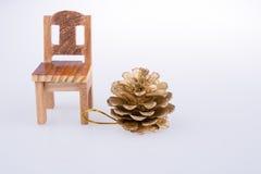 Свободный от игры день конуса сосны сторона маленького модельного стула Стоковые Фото