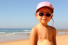 Свободный от игры день маленькой девочки пляж Стоковая Фотография RF