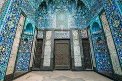 Свод мечети в голубых тонах сделан от мозаики исламского вероисповедания Стоковая Фотография RF