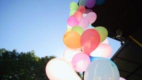 Свод от воздушных шаров на вечеринке по случаю дня рождения видеоматериал