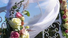 Свод свадьбы украшенный с цветками сток-видео