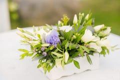 Свод свадьбы украшен с голубыми цветками и шелком белого света Церемония лета руки groom невесты букета bridal Стоковые Изображения