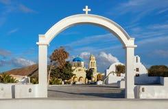 Свод, церковь и колокольни в деревне Oia, острове Santorini, g Стоковые Фото