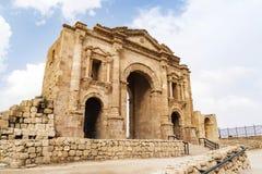 Свод Hadrian в Jerash, Джордан 11 метр высокое тройн-сдобренное ворот раскрытое для того чтобы удостоить посещения римского импер стоковые изображения