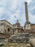 Свод Titus и столбец Phocas в римском форуме Стоковое Изображение RF
