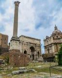 Свод Titus и столбец Phocas в римском форуме Стоковые Изображения RF