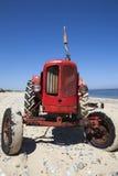 Своеобразно меньший красный трактор сбора винограда стоковое изображение