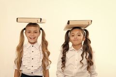 Свойственная позиция Школьницы с милым стилем причесок хвостов носят папки на головах Идеальные школьницы с аккуратной вычурой стоковое изображение rf