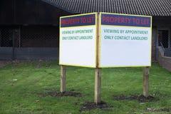 Свойство, который нужно позволить для того чтобы арендовать столб знака в переднем саде здания стоковое фото