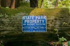 Свойство парка штата подписывает внутри лес redwood, Калифорния стоковое фото