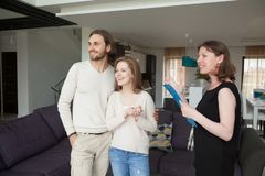 Свойство показа риэлтора для продажи к молодым женатым парам стоковые изображения rf