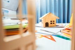 Свойство проектируя таблетку стола подрядчика работая с древесиной ho Стоковое фото RF
