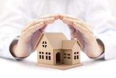 Свойство insurance Миниатюра дома предусматриванная руками стоковое фото rf