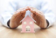 Свойство insurance Миниатюра дома предусматриванная руками стоковые изображения rf
