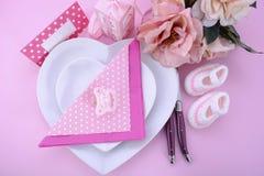 Свой сервировка стола детского душа темы пинка девушки Стоковое фото RF