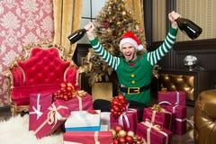 Своя ноча партии Человек наслаждается рождественской вечеринкой Счастливый человек в костюме santa празднует праздники Нового Год стоковое фото