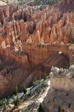 Свод и след через Hoodoos на национальном парке каньона Bryce Стоковые Фотографии RF