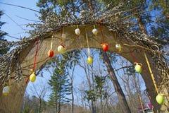Свод пасхи весны, украшенный с вербой покрашенные яичка вися на веревочках, стоковые изображения