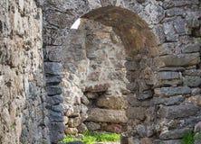 Свод руин Castel серого каменного старого пути здания из его на лабиринте каменного masonry между руинами Стоковые Изображения