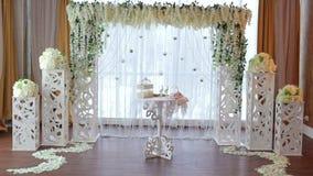 Свод свадьбы с белыми цветками в ресторане сток-видео