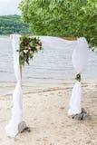 Свод свадьбы с растительностью, пионами, и белым материалом стоковые изображения rf