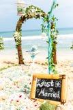 Свод свадьбы цветков и плюща стоит на пляже берега Стоковая Фотография