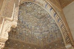 Своды в исламском стиле (Moorish) в Альгамбра, Гранаде, Испании Стоковое Фото