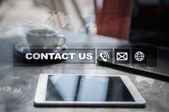 Свяжитесь мы кнопка и текст на виртуальном экране Концепция дела и технологии Стоковое Изображение