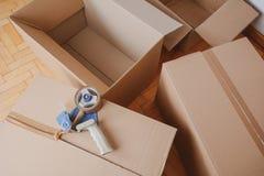 Свяжите распределитель тесьмой герметизируя картонную коробку доставки стоковые фото