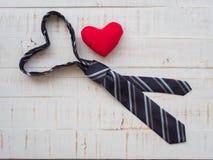 Свяжите формы сформированное сердце и redheart на белой деревянной предпосылке Стоковое Фото