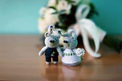 Связал зайцев - жениха и невеста, handmade, needlework, вязать крючком крючком игрушки, букета свадьбы стоковая фотография rf