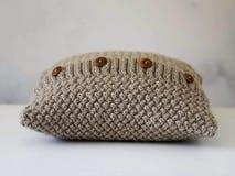 Связанная бежевая подушка с деревянными кнопками Стоковое Изображение