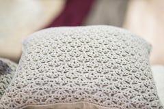Связанная белая подушка pillowcase ¿ ï вязать крючком крючком ½ вязание крючком handmade Стоковые Фотографии RF
