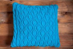 Связанная голубая подушка стоковые фотографии rf