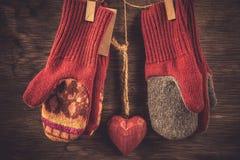 Связанная предпосылка зимы mittens Стоковые Изображения