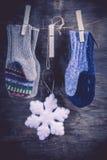 Связанная предпосылка зимы mittens Стоковое фото RF