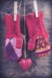 Связанная предпосылка зимы mittens Стоковые Фото