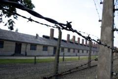 Связанная проволокой загородка на концентрационном лагере Освенцима стоковые фотографии rf