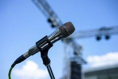 Связанная проволокой стойка микрофона на месте Стоковое фото RF